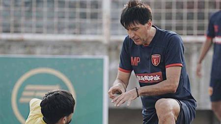 Pelatih Milan Petrovic memberikan instruksi kepada salah satu pemain Badak Lampung FC dalam sesi latihan menjelang laga Liga 1 2019. - INDOSPORT