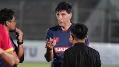 Indosport - Milan Petrovic tengah diskusi dalam sesi latihan Badak Lampung.