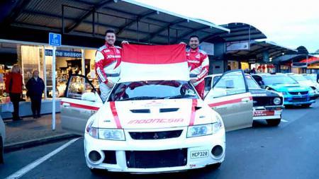 Rifat Sungkar dan M. Ridwan, navigatornya mengibarkan bendera Merah Putih di Selandia Baru. - INDOSPORT