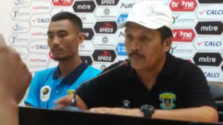 Pelatih Perserang Serang, Jaya Hartono murka dengan kinerja wasit usai timnya kalah dari Sriwijaya FC di Liga 2 2019. - INDOSPORT