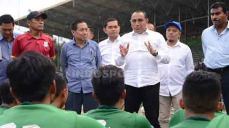 Gubernur Sumut, Edy Rahmayadi, memberikan arahan dan motivasi kepada para pemain PSMS Medan dalam saat laga ujicoba di Stadion Teladan, Medan, Rabu (21/8/2019) sore. - INDOSPORT