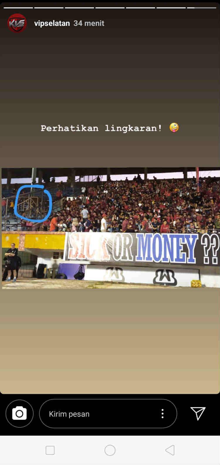 Spanduk sindiran suporter PSM Makassar untuk Robert Rene Alberts Copyright: vipselatan/Instagram