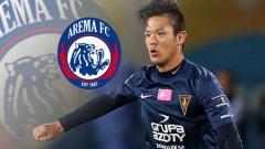 Indosport - Takafumi Akahoshi dan logo Arema FC.