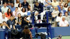 Indosport - Serena Williams ketika komplain kepada Carlos Ramos.