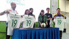 Indosport - Potret Ratu Tisha dan Indra Sjafri bersama para sponsor Timnas Indonesia dan PSSI pada acara ISEF 2019.