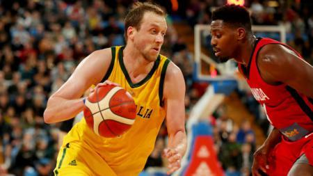 Joe Ingles (kuning) dalam laga persahabatan basket Australia vs Kanada. - INDOSPORT