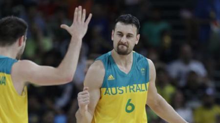 Andrew Bogut (kanan) center timnas basket Australia. - INDOSPORT
