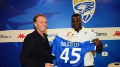 Indosport - Mario Balotelli (kanan) resmi perkuat Brescia di musim 2019/20.