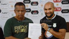 Indosport - Manajer PSMS Medan, Mulyadi Simatupang (kiri), saat memperkenalkan penjaga gawang baru PSMS, Alfonsius Kevlan (kanan).
