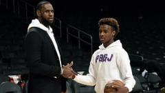 Indosport - LeBron James dengan putranya, Bronny.