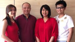 Indosport - Hendrawan (dua dari kiri) bersama istrinya (dua dari kanan) dan kedua anak mereka.