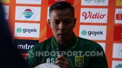 Pelatih Persebaya, Bejo Sugiantoro saat konferensi pers, Jumat (23/08/19).