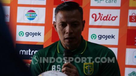 Pelatih Persebaya, Bejo Sugiantoro saat konferensi pers, Jumat (23/08/19). - INDOSPORT