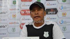 Indosport - Pelatih PSMS Medan, Abdul Rahman Gurning, saat memberikan keterangan dalam temu pers jelang melawan PSPS Riau, Jumat (23/08/2019) sore