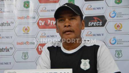 Pelatih PSMS Medan, Abdul Rahman Gurning, saat memberikan keterangan dalam temu pers jelang melawan PSPS Riau, Jumat (23/08/2019) sore - INDOSPORT