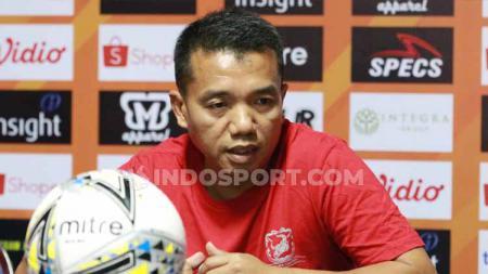 Preskon prematch Madura Unied diwakili Rasiman (asisten pelatih). - INDOSPORT