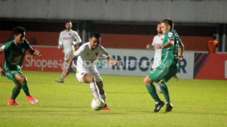 Laga pertandingan antara PSS Sleman vs PSM Makassar, Jumat (23/08/2019), sisakan momen indah lewat pesan persatuan.  Ronald Seger Prabowo/INDOSPORT. - INDOSPORT
