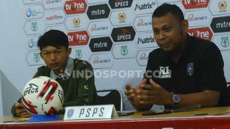 Pelatih PSPS Riau, Raja Faisal (kanan) didampingi pemainnya, Rizky Dwi Ramadhana (kiri) dalam temu pers jelang pertandingan lawan tuan rumah PSMS, Jumat (24/08/19). sore. - INDOSPORT