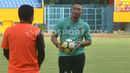 Pelatih Kiper Sriwijaya FC Ferry Rotinsullu yang kini didaftarkan menjadi kiper ketiga Sriwijaya FC saat berkomunikasi dengan kiper lain. (Muhammad Effendi/INDOSPORT) - INDOSPORT