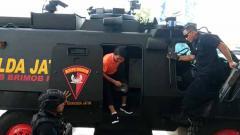 Indosport - Tim Persija Jakarta tiba di Stadion GBT menggunakan rantis.