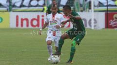 Indosport - Duel pemain Persija, Riko Simanjuntak dengan pemain Persebaya pada pertandingan Persebaya Surabaya vs Persija Jakarta, Sabtu (24/08/2019).