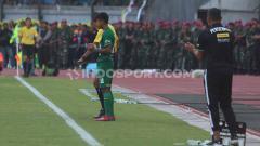 Indosport - M Supriadi menjalani debut di Liga 1 2019 saat membela Persebaya vs Persija, Sabtu (24/08/19) lalu.