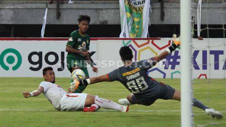 Aksi Mochammad Supriadi dalam laga pekan ke-16 Liga 1 2019 antara Persebaya Surabaya vs Persija Jakarta, Sabtu (24/8/19). - INDOSPORT