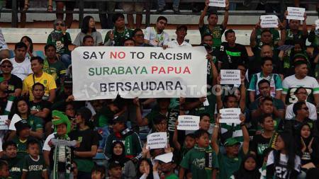 Dukungan suporter untuk pemain Papua, pada pertandingan Persebaya Surabaya vs Persija Jakarta, Sabtu (24/8/19). - INDOSPORT