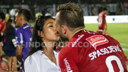 Istri penyerang Bali United Ilija Spasojevic, Lelhy Arief - INDOSPORT