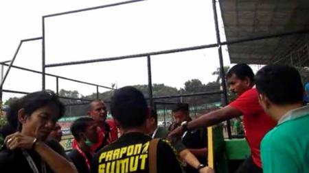 Julius Raja (baju merah kanan) saat memberikan klarifikasi kepada awak media peliput PSMS Medan. - INDOSPORT