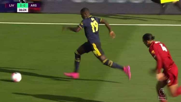 Virgil Van Dijk berusaha mengejar Nicolas Pepe tengah menggiring bola. Copyright: premierleague