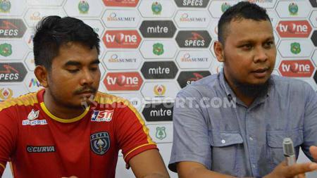 Pelatih PSPS Riau, Raja Faisal (kanan) dan pemainnya, Ismail Hanapi (kiri), saat temu pers usai pertandingan. - INDOSPORT