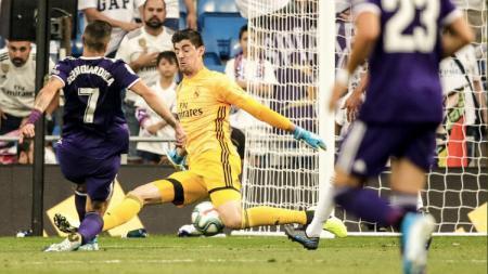 Ekspresi kocak Thibaut Courtois saat dikolongi Sergio Guardiola yang mencetak gol penyeimbang di laga yang berakhir skor 1-1 antara Real Madrid vs Real Valladolid, Minggu (25/08/19) - INDOSPORT
