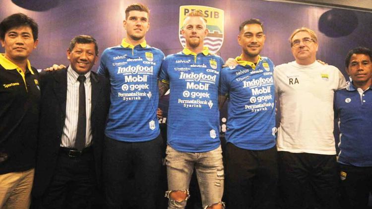 Komisaris PT PBB, Kuswara S. Taryono (kedua dari kiri), berpose bersama tiga pemain baru dan jajaran pelatih Persib Copyright: PERSIB.co.id/Amandeep Rohimah