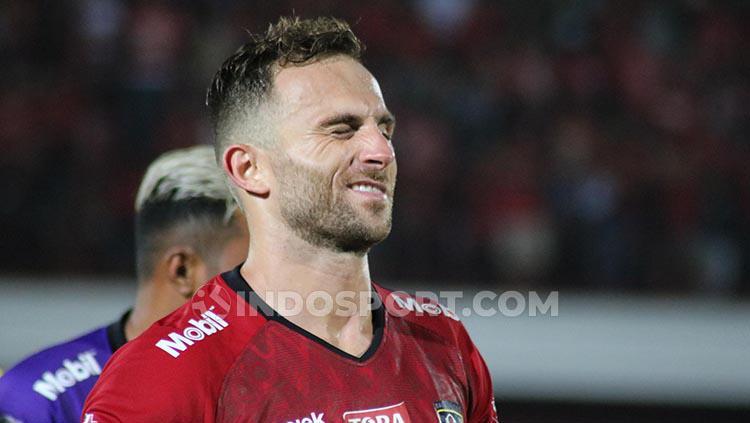Penyerang Bali United, Ilija Spasojevic saat mengedipkan mata ke arah bench tim Copyright: Nofik Lukman Hakim/INDOSPORT