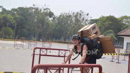 Sliri adalah kurir sepeda asal Swedia, yang mengikuti event Cargo Race di CMWC 2019 Jakarta, Gambir Expo, Minggu (25/8/19). - INDOSPORT