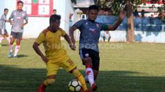 Indosport - Gelandang Tegar Hening Pangestu (kanan) mundur dari Persis dan segera bergabung ke Persiraja Aceh.