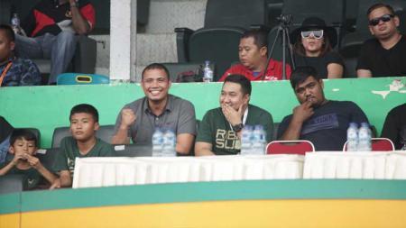 Pelatih Kiper Timnas Indonesia U-18, Sahari Gultom, saat menyaksikan laga PSMS Medan kontra PSPS Riau di Stadion Teladan, Medan, kemarin. - INDOSPORT