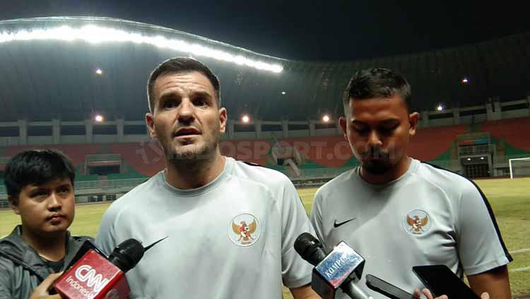 Pelatih Timnas Indonesia, Simon McMenemy saat memberikan keterangan kepada wartawan. Copyright: Zainal Hasan/INDOSPORT