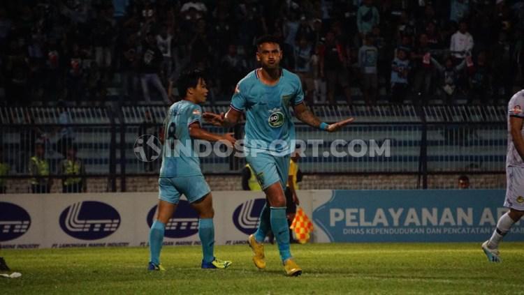 Selebrasi striker Persela Lamongan, Alex Dos Santos Goncalves usai mencetak gol ke gawang Tira Persikabo, Minggu (25/08/19). Copyright: Fitra Herdian/INDOSPORT