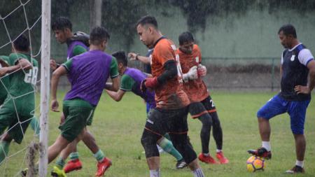 Meski hujan dan baru bertanding kemarin, skuat PSMS Medan menggelar latihan rutin di Stadion Kebun Bunga, Medan, Minggu (25/8/19) sore. Foto: Aldi Aulia Anwar/INDOSPORT - INDOSPORT