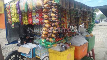 Salah satu pedagang mini market keliling di Honda Dream Cup Pekanbaru 2019, Minggu (25/08/19), di area Sport Center Rumbia, Pekanbaru. - INDOSPORT