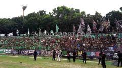 Indosport - SMeCK Hooligan dan Curva Nord bersebelahan saat memberikan dukungan untuk tim masing-masing saat PSMS Medan menjamu PSPS Riau di Stadion Teladan, Medan, Sabtu (24/8/19) kemarin.