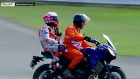 Kehabisan bensin, Marc Marquez tunggangi motor bersama petugas. - INDOSPORT