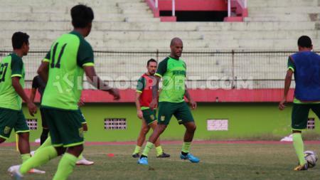 David Da Silva saat latihan di Stadion Gelora Delta, Sidoarjo, Senin (26/8/19). - INDOSPORT