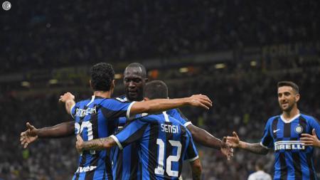Romelu Lukaku dan sejumlah pemain merayakan gol dalam laga Inter Milan vs Lecce di Serie A Italia 2019/20, Selasa (27/08/19). - INDOSPORT