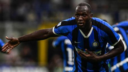 Pemain baru Inter Milan, Romelu Lukaku menjadi korban aksi rasis fans Cagliari di pertandingan pekan kedua Serie A Italia, Senin (02/09/19) dini hari WIB. - INDOSPORT