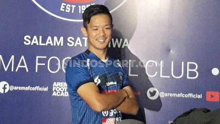 Arema FC resmi mengenalkan Takafumi Akahoshi sebagai pemain asing Asia pengganti Pavel Smolyachenko. - INDOSPORT