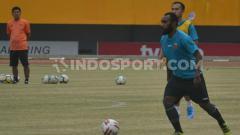 Indosport - Gelandang anyar Sriwijaya FC, Nerius Alom, menjalani sesi latihan perdananya di Stadion Gelora Sriwijaya Jakabaring Palembang