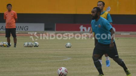 Gelandang anyar Sriwijaya FC, Nerius Alom, menjalani sesi latihan perdananya di Stadion Gelora Sriwijaya Jakabaring Palembang - INDOSPORT
